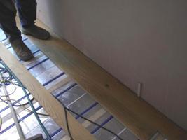 Fußbodenheizung mit Massivholz-Dielen