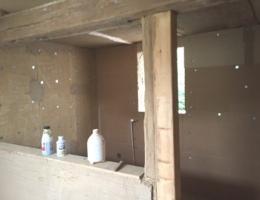 Lehmbauplatten auf Wandfläche